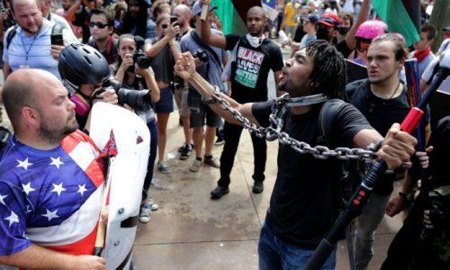 États-Unis : un mort lors d'une manifestation de racistes blancs.
