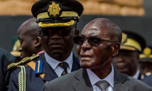 Mugabe réapparaît en public après le coup d'Etat