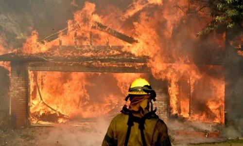 Los Angeles: les flammes menacent le luxueux quartier de Bel-Air