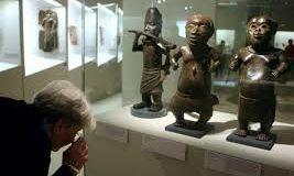 Macron s'engage à restituer le patrimoine africain.