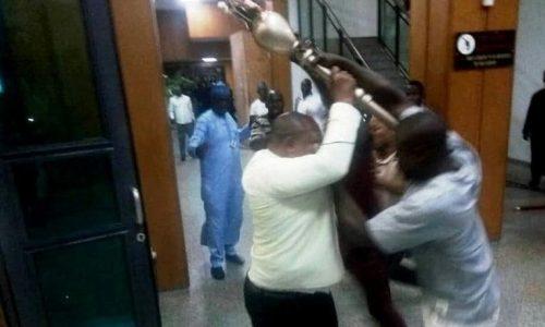 Nigeria: la police retrouve le bâton cérémoniel du Sénat «sous un pont»