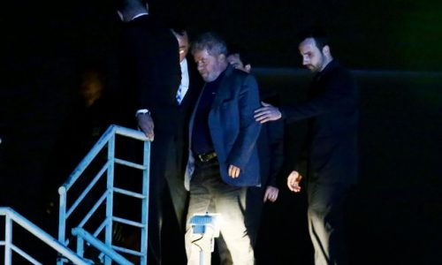 Première journée en prison pour Lula, qui pourrait en sortir très vite